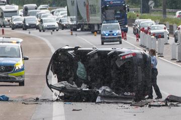 Unfall A1: Kölner überschlägt sich auf der A1, Hubschrauber fliegt ihn in eine Klinik