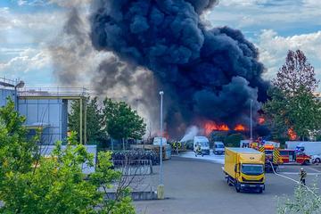 Haltet Fenster und Türen geschlossen: Schwarze Rauchsäule über der Stadt!