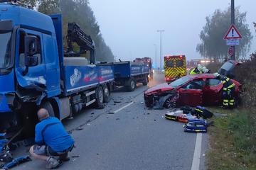Schwerer Unfall in München: Mazda und Lastwagen krachen ineinander
