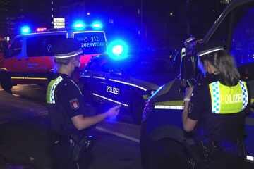 Hamburg: Polizei entdeckt stark blutenden Mann mit lebensgefährlichen Verletzungen auf dem Gehweg