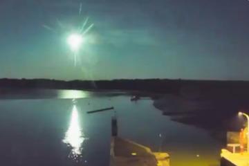 Asteroiden & Meteoriten: Gleißend helle Lichtkugel lässt Nachthimmel grün aufleuchten