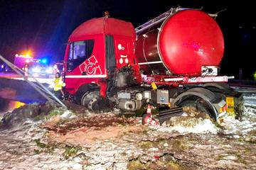 Unfall A24: Schnee und Glätte in Brandenburg! Gefahrgut-Lkw rutscht von der Autobahn