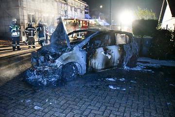 Anwohner bemerken Feuerschein in der Nacht: Mehrere Autos stehen in Flammen