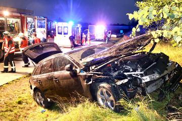 Unfall A17: Heftiger Unfall auf der A17: Audi-Fahrer verliert im Starkregen die Kontrolle und überschlägt sich