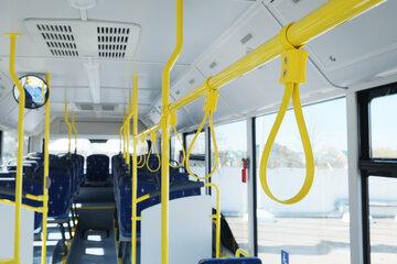 Schlägerei im Bus: Mann fühlt sich von Blicken provoziert, dann eskaliert die Situation