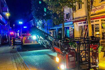 Mülltonnen im Keller brennen lichterloh: Feuerwehr rettet 17 Menschen