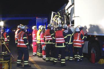 Unfall A7: Lkw kracht ins Stauende, Fahrer muss aus Führerhäuschen befreit werden