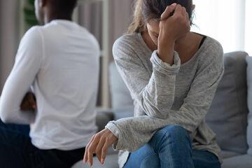 Auf dem Küchentisch: Frau hat aus Mitleid Sex mit ihrem Schwiegervater