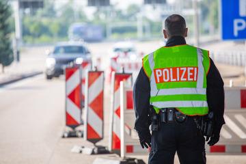Unfall A5: Auto kracht ungebremst in Baustellen-Anhänger: A5 nach tödlichem Unfall gesperrt