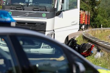 Er wollte Radfahrer überholen: Lkw-Fahrer kracht frontal in Rollerfahrer (†66)