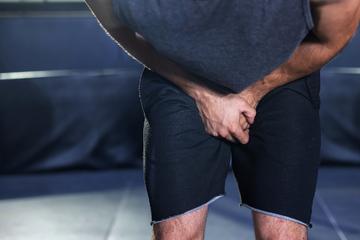 Mann schneidet sich vor Schmerzen den Penis ab und spült ihn im Klo runter