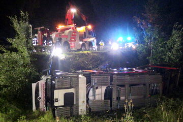 Unfall A46: 500.000 Euro Schaden! Mit Autos beladener Lkw kippt von A46