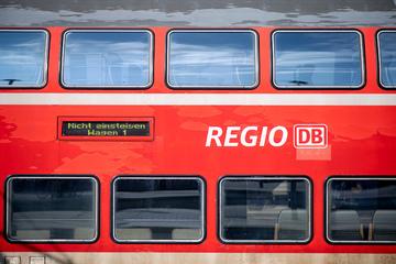 Baum stürzt auf Oberleitung: Bahnverkehr im Norden beeinträchtigt!