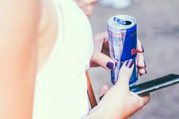17-Jährige trinkt täglich 12 Dosen Red Bull: Krankenhaus!