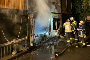 Wohncontainer von Erntehelfern gehen in Flammen auf: Ein Bewohner verletzt