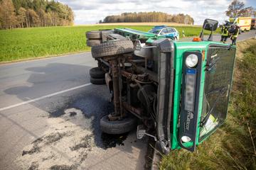 Heftiger Crash im Erzgebirge: Multicar kommt ins Schleudern und kippt um