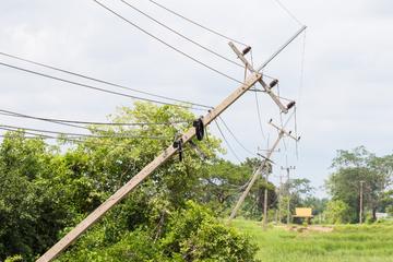 Frau fährt gegen Strommast: Stromausfall in zwei Landkreisen