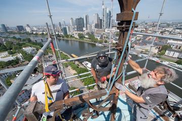 Frankfurt: In schwindelerregender Höhe: Arbeiter machen auf Kirchturm kuriose und historische Entdeckung