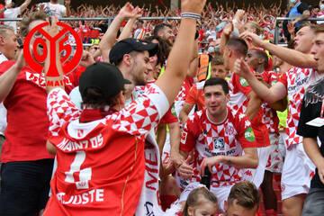 Mainzer Spieler feierten nach Sieg mit Fans: Jetzt ermittelt der DFB!