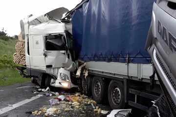 Unfall A2: Tödlicher Unfall auf der A2: Fünf Lkw krachen ineinander, Vollsperrung aufgehoben