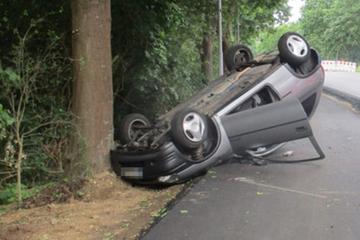 Duo überschlägt sich mit Opel und landet auf dem Dach, Zeugen gesucht