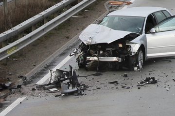 Unfall A6: Schwerer Unfall auf der A6: Crash zwischen Auto und Laswagen sorgt für Vollsperrung