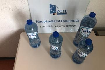 Zöllner kontrollieren Auto und finden Wasserflaschen mit verdächtigem Inhalt