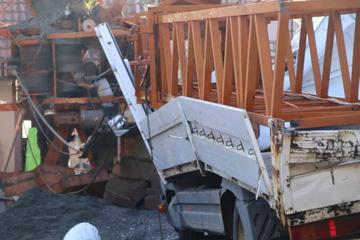 150.000 Euro Schaden: Baukran stürzt auf Auto und Laster!