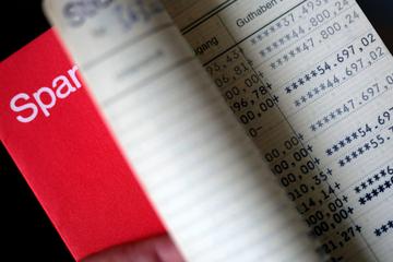 Alarm! Immer mehr Banken greifen Sparern in die Tasche