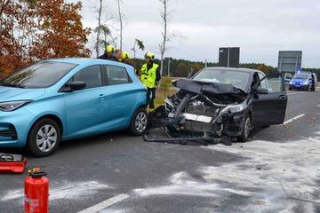 Wildwechsel auf der B96: Renault und Mercedes kollidieren - Vier Verletzte, zwei schwer