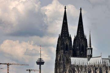 Pfarrer aus Kölner Erzbistum missbrauchte seine Nichten: Erzbischof soll gegen ihn aussagen
