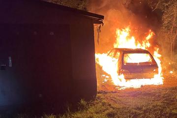 Leipzig: Auto und Mülltonnen: Brandstifter halten Feuerwehr in Leipzig auf Trab