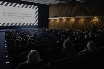 Trio geht trotz Corona-Infektion ins Kino: Gesundheitsamt sucht weitere Besucher