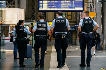 Betrunkene Maskenverweigerin flippt im ICE aus und bespuckt Polizisten