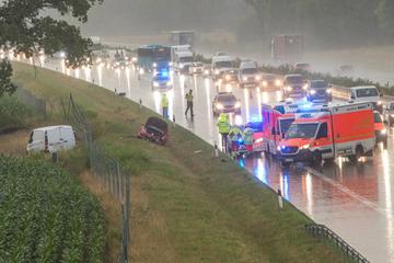 Unfall A7: Schwerer Crash im Starkregen: Autos schleudern von A7, mehrere Verletzte