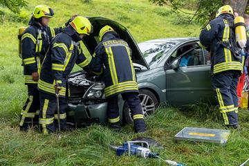 Opel-Fahrerin fliegt aus der Kurve und knallt gegen einen Baum