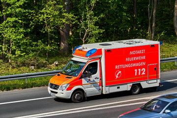 BMW-Fahrer schießt aus der Kurve: Senior wird frontal gerammt und schwerst verletzt