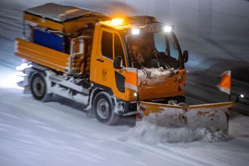 Winterdienst muss mitten im Sommer Straßen von Hagel befreien