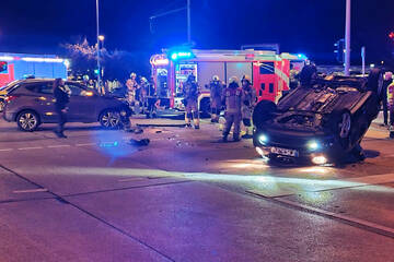 Berlin: Heftiger Kreuzungs-Crash: Nissan überschlägt sich und landet auf Dach