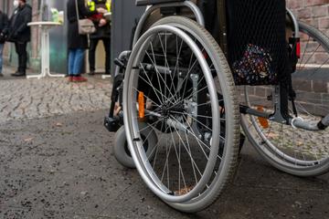 Frankfurt: Mann rastet aus, stößt Rollstuhlfahrer zu Boden und attackiert Zeugen mit Glasflasche