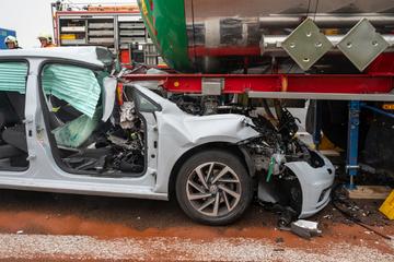 Accidente de A4: Volkswagen corre con un A4 al final de un atasco y se aprieta debajo del camión, los bomberos tienen un accidente en la carretera