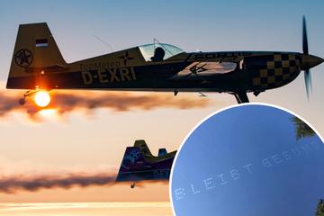 Kunststück am Himmel: So schreiben Piloten Botschaften in die Luft