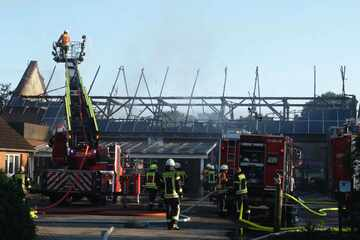 Stall mit Fotovoltaik-Anlage in Brand, Feuerwehr muss Bewohner wecken