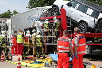 Unfall A4: Lkw-Fahrer rast in Stauende: Ein Toter bei schwerem A4-Unfall