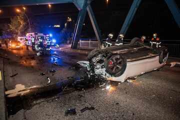 Illegales Rennen? Auto kracht nur wenige Stunden nach tödlichen Unfall in gleichen Brückenpfeiler