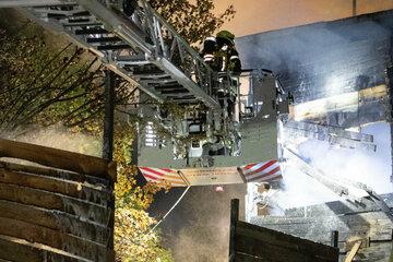 München: Abenteuerspielplatz in Flammen: Mehrere Gebäude und Geräte brennen