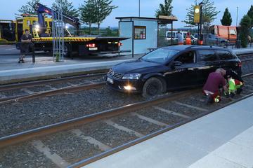 VW landet im Gleisbett und fährt sich fest: Straßenbahn blockiert