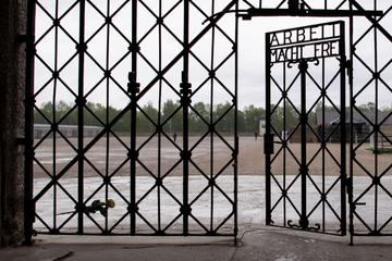 Widerliche Szenen vor KZ-Gedenkstätte: Touristen zeigen Hitlergruß
