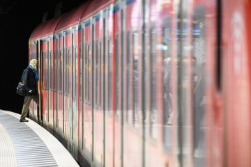 Brutale Attacke auf Pärchen an S-Bahn-Station: Am Boden liegender Frau ins Gesicht getreten