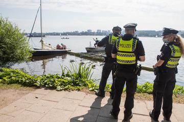 Unfall mitten auf der Alster: Ruderboot bohrt sich in Jolle